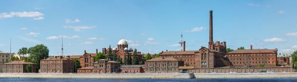 Panorama som förbiser den förprövnings- förseningmitten, ett kallat fängelse, korsar, Kresty på invallningen av Neva River i cite royaltyfria bilder