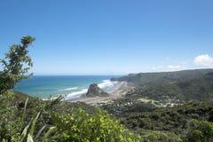 Panorama som förbiser den Piha stranden arkivbilder