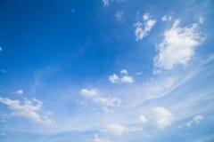 Panorama sparato di cielo blu e delle nuvole fotografia stock