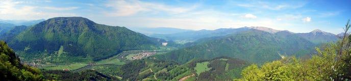 Panorama spectaculaire avec les montagnes, la rivière et le ciel bleu avec des nuages pendant la hausse pour siroter la colline e Image stock