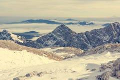 Panorama spectaculaire de montagne d'hiver avec des crêtes couvertes de neige tôt photo stock