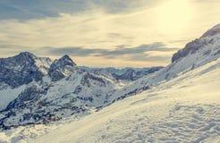 Panorama spettacolare della montagna di inverno con i picchi coperti di neve in anticipo fotografia stock