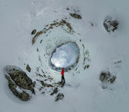 Panorama sphérique d'un homme seul se tenant dans les montagnes Photos stock