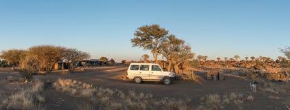 Panorama spoczynkowy obóz i kołczanu drzewny las przy Garas Fotografia Royalty Free