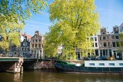 Panorama- stadssikt av Amsterdam med kanaler, broar, cyklar och turister Royaltyfria Bilder