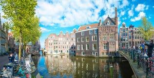 Panorama- stadssikt av Amsterdam med kanaler, broar, cyklar och turister Royaltyfri Fotografi
