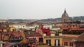 Panorama- stadssikt av Rome, Italien p? en molnig vinterdag Rome ?r full av autentiska f?rgglade byggnader Den Tid schackningsper lager videofilmer