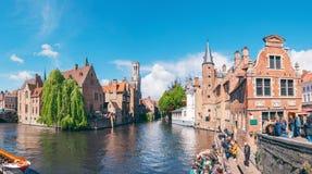 Panorama- stadssikt med klockstapeltornet och den berömda kanalen i Bruges, Belgien royaltyfria foton