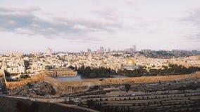 Panorama stary grodzki Jerozolima, Izrael Panning dobrze od góry oliwki Aksa, Świątynna góra, kopuła skała 4K zbiory wideo