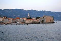 Panorama stary miasteczko w Budva Montenegro Piękny pejzaż miejski nad błękitny morze na słonecznym dniu w lecie _zwiedzać miejsc zdjęcie royalty free