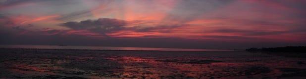 Panorama : Stations de vacances colorées de mer de coucher du soleil couvertes à Bangkok Image stock