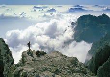 Panorama stupéfiant admiratif de montagne de grimpeur photographie stock