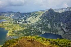 Panorama stupefacente del gemello, del trifoglio, del pesce e dei laghi superiori, i sette laghi Rila Fotografia Stock