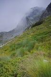 Panorama stupefacente della montagna di Rila con nebbia vicino ai sette laghi Rila Fotografia Stock Libera da Diritti