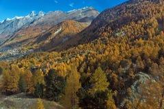 Panorama stupefacente delle alpi svizzere, cantone di autunno del Valais Fotografia Stock Libera da Diritti