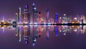 Panorama stupefacente di notte del porticciolo del Dubai, Dubai, Emirati Arabi Uniti Fotografia Stock Libera da Diritti