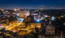 Panorama stupefacente di notte a Roma con il Colosseum ed il forum Immagini Stock Libere da Diritti