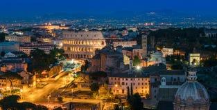 Panorama stupefacente di notte a Roma con il Colosseum ed il forum fotografie stock