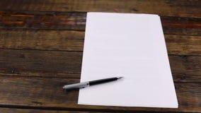 Panorama, stylo se trouvant sur une bonne feuille de papier, avec l'espace de copie banque de vidéos
