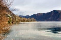 Panorama sul lago di Lugano in Svizzera immagine stock