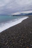 Panorama sul mare con le montagne nuvolose Immagini Stock