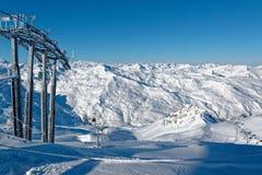 Panorama sur la vallée du haut de Les Bruyères dans les les Menuires image stock