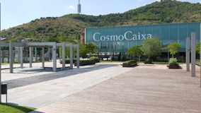 Panorama sur le musée de science de construction en verre moderne de CosmoCaixa et sa cour, Barcelone