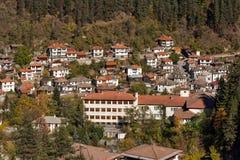 Panorama surpreendente da cidade de Shiroka Laka e de montanhas de Rhodope, região de Smolyan Fotos de Stock