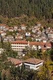 Panorama surpreendente da cidade de Shiroka Laka e de montanhas de Rhodope, região de Smolyan Foto de Stock