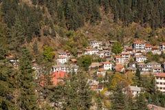 Panorama surpreendente da cidade de Shiroka Laka e de montanhas de Rhodope, região de Smolyan Fotografia de Stock