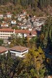 Panorama surpreendente da cidade de Shiroka Laka e de montanhas de Rhodope, região de Smolyan Fotografia de Stock Royalty Free