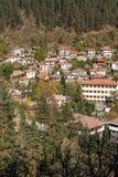 Panorama surpreendente da cidade de Shiroka Laka e de montanhas de Rhodope, região de Smolyan Imagem de Stock Royalty Free