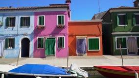 Panorama surpreendente de casas coloridas arrumadas em Burano, canal de Veneza, arquitetura vídeos de arquivo