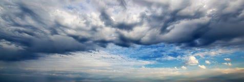 Panorama surpreendente do céu Nuvem de tempestade escura panorâmico Fotos de Stock