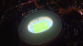 Panorama surpreendente do estádio de futebol, iluminação, vista aérea video estoque