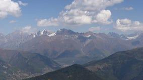 Panorama surpreendente filmado de Mheer, mostrando a lugar turístico bonito a montanha de Ushba, um dos picos os mais notáveis vídeos de arquivo