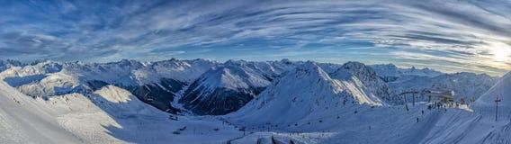 Panorama svizzero delle alpi della montagna di Parsenn nell'inverno Fotografia Stock