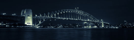 Panorama Sydney Harbour Bridge vid natt Royaltyfria Bilder