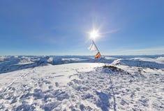 Panorama szargał flaga na górze góry pod słońcem Zdjęcie Royalty Free