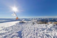 Panorama szargał flaga na górze góry pod słońcem Fotografia Royalty Free