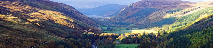 Panorama Szkockie góry i Loch obrazy stock