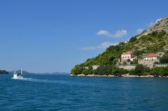 Panorama típico de la ciudad marítima del ` s de Montenegro en la bahía de Kotor imagen de archivo