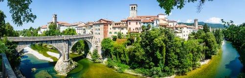 Panorama-Teufel ` s Brücke Natisone-Fluss Cividale Del Friuli Forum Iulii lizenzfreies stockbild