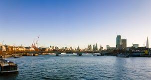 Panorama Thames rzeka na wschodzie słońca od Złotych Jubileuszowych mostów Fotografia Royalty Free