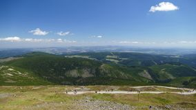 Panorama till de Karkonosze bergen från maximumet för ÅšnieÅ ¼ka Polen-tjeck Republik arkivfoto