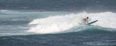 Panorama tirado: Persona que practica surf en una tabla hawaiana Imagen de archivo libre de regalías