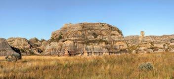 Panorama tirado - terreno rocoso en el parque nacional Madagscar, formaci?n de Isalo de roca conocida como se?ora Queen de Isalo  fotografía de archivo libre de regalías