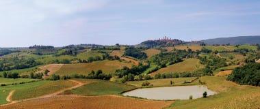 Panorama toscano della valle con San Gimignano Fotografie Stock Libere da Diritti