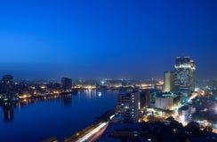 Panorama à travers l'horizon du Caire la nuit Photographie stock libre de droits