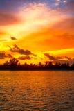 Panorama tropical de coucher du soleil d'île Photographie stock libre de droits